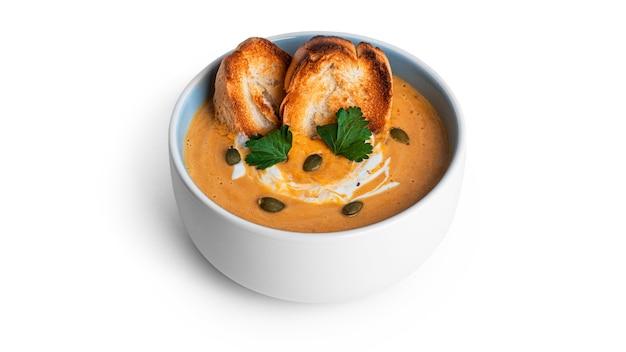 Soupe à la crème de potiron isolée sur blanc