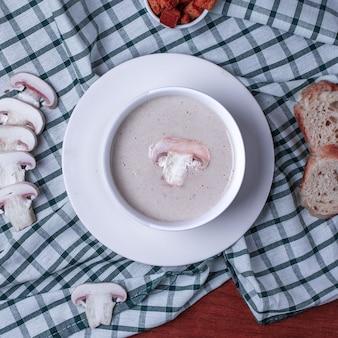 Soupe crémeuse aux champignons avec des champignons frais tranchés.