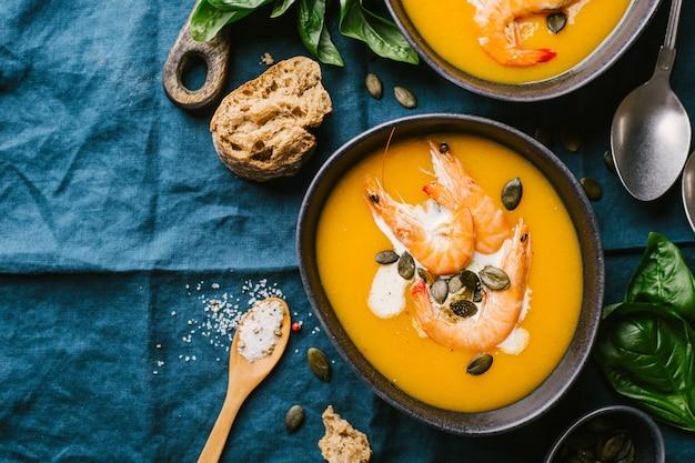 Soupe crémeuse à la citrouille d'automne dans des bols