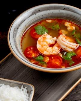 Soupe de crevettes aux tomates et légumes verts