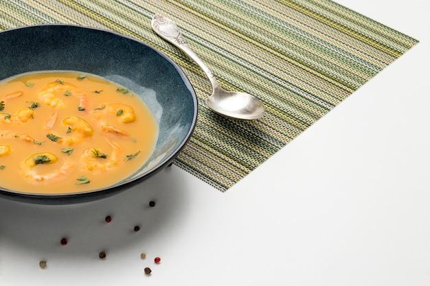 Soupe de crevettes brésilienne high angle