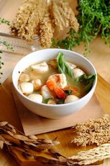 Soupe de crevettes tiède sur le bol