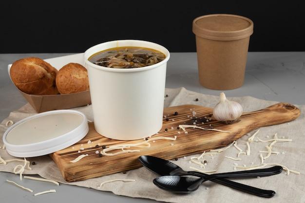 Soupe dans les gobelets en papier pour une livraison