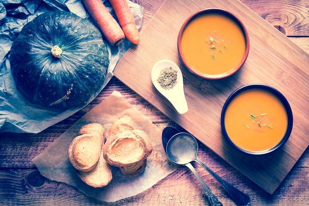 Soupe délicieuse crémeuse aux citrouilles végétaliennes