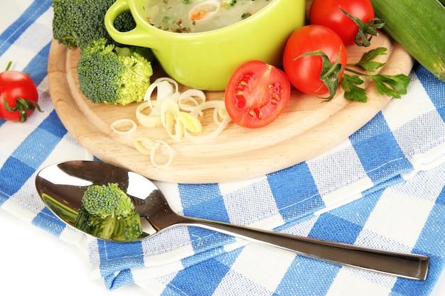 Soupe diététique aux légumes dans une casserole isolé sur blanc