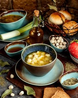 Soupe de dushbara avec accompagnement de vinaigre