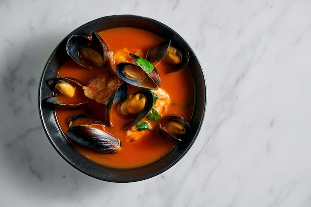 Soupe épaisse de caciucco toscane aux fruits de mer