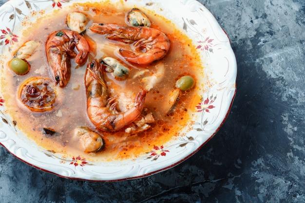 Soupe épicée aux fruits de mer