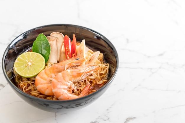 Soupe épicée aux nouilles instantanées aux crevettes