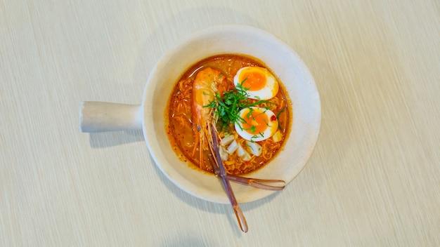 Soupe épicée aux nouilles instantanées avec crevettes, plats thaïlandais, tom yam koong, crevettes roses, cuisine thaïlandaise