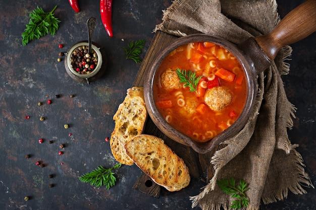 Soupe épicée aux tomates avec boulettes de viande, pâtes et légumes. dîner sain.