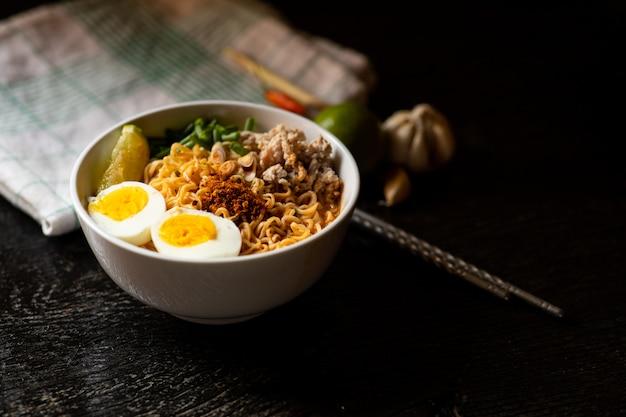 Soupe épicée de nouilles instantanées avec ingrédient dans un bol