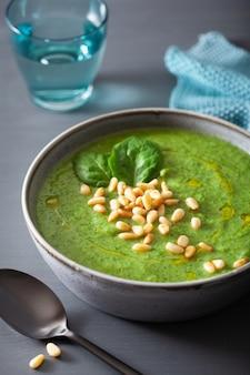 Soupe d'épinards au chou-fleur vert crémeux sur fond gris