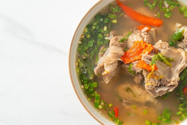 Soupe d'épine dorsale de porc haché épicé ou soupe épicée de longe - style de cuisine asiatique