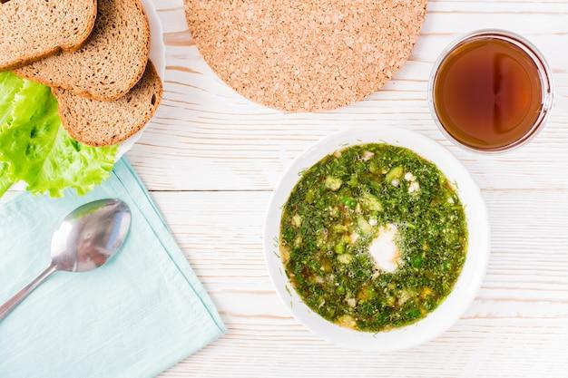 Soupe froide aux légumes et herbes garnie de pain kvass