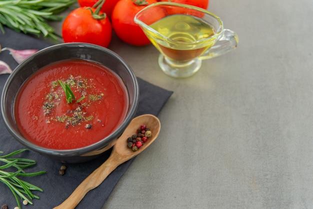Soupe froide de gaspacho de tomates dans une assiette creuse. cuisine espagnole traditionnelle. le concept de soupe froide espagnole de tomates mûres. espace de copie, gros plan.
