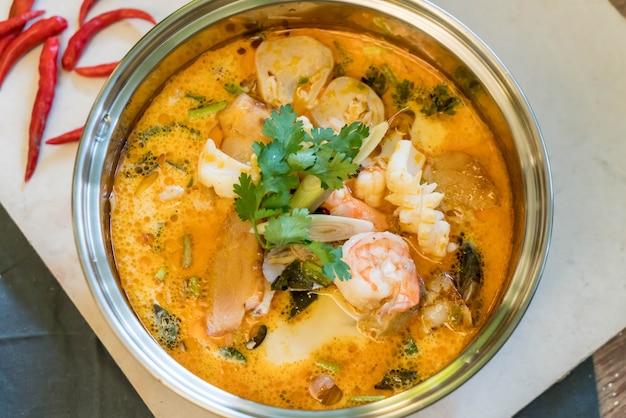 Soupe de fruits de mer aigre ou tom yum seafood