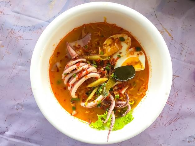Soupe de fruits de mer aux nouilles. nouilles en thaïlande. nourriture asiatique