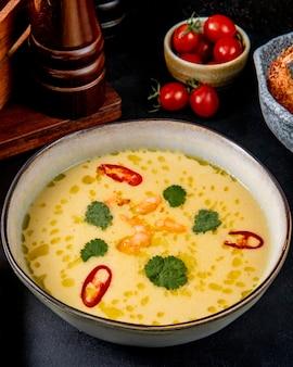 Soupe de fruits de mer crème crevettes verts vue latérale