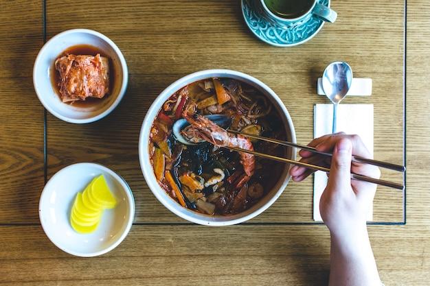 Soupe de fruits de mer épicée coréenne avec des gambas