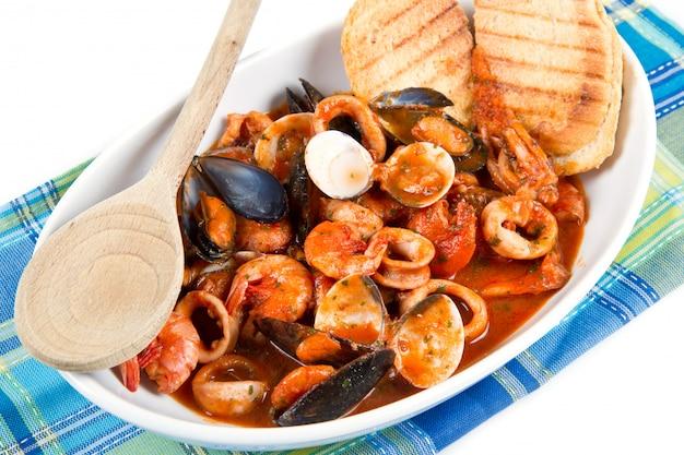 Soupe de fruits de mer frais avec du pain grillé