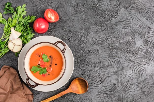Soupe de gaspacho froid espagnol avec tomates et herbes fraîches
