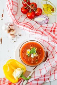 Soupe de gaspacho et ingrédients