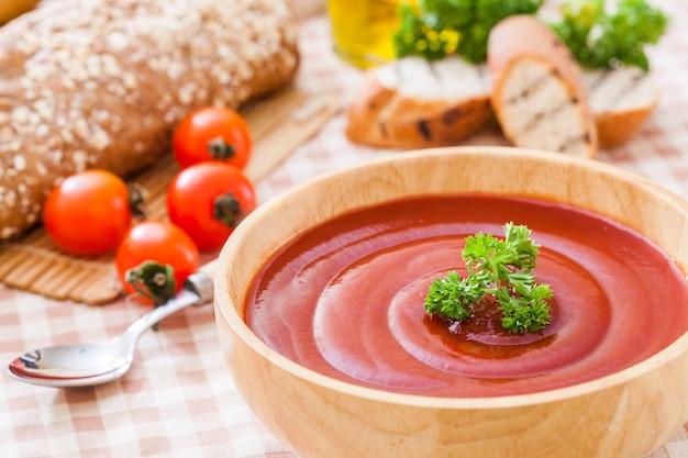 Soupe de gaspacho de tomates aux tomates, cuisine espagnole