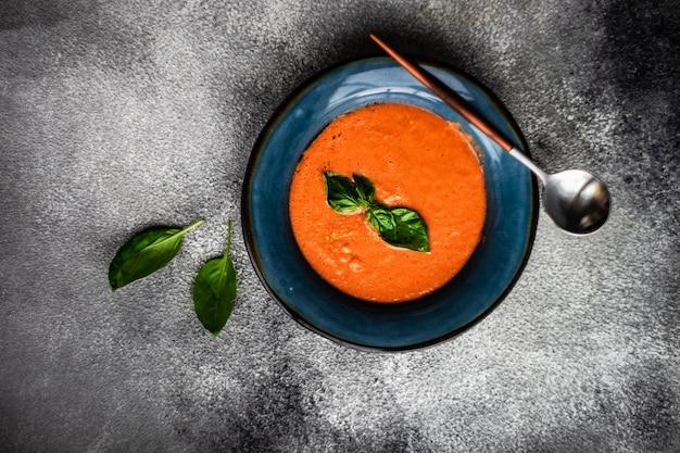 Soupe gaspacho traditionnelle espagnole aux tomates