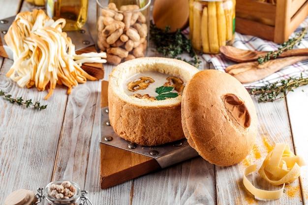 Soupe gourmande à la crème de champignons dans un bol à pain
