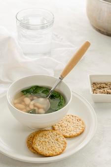 Soupe de haricots blancs à angle élevé dans un bol