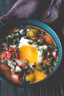 Soupe de haricots noirs et un œuf