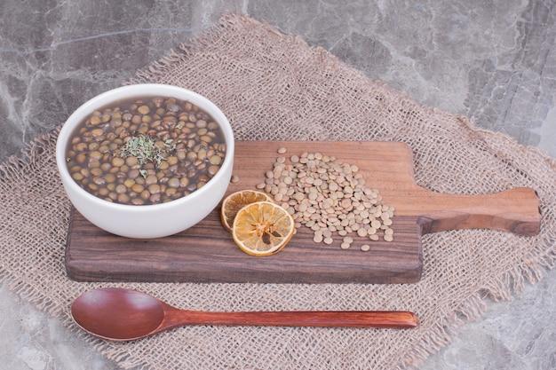 Soupe de haricots verts aux lentilles dans un bouillon dans une assiette blanche.