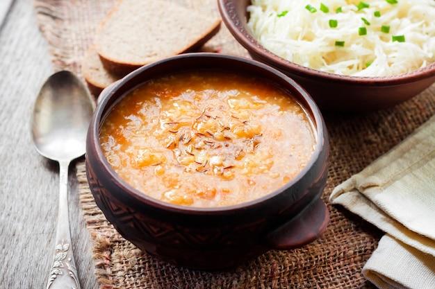 Soupe d'hiver traditionnelle ukrainienne avec choucroute et millet