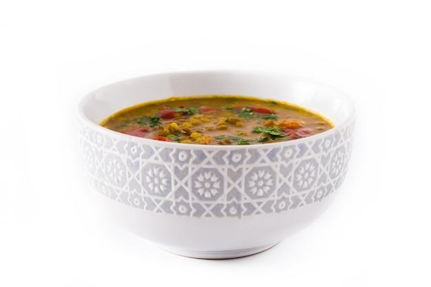 Soupe indienne aux lentilles dal (dhal) dans un bol isolé sur blanc.