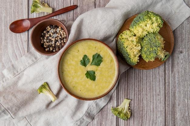 Soupe et ingrédients frais faits maison au brocoli