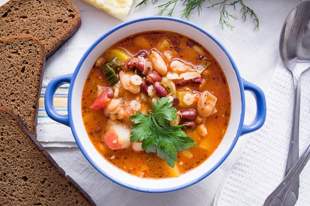 Soupe italienne minestrone dans l'assiette bleue