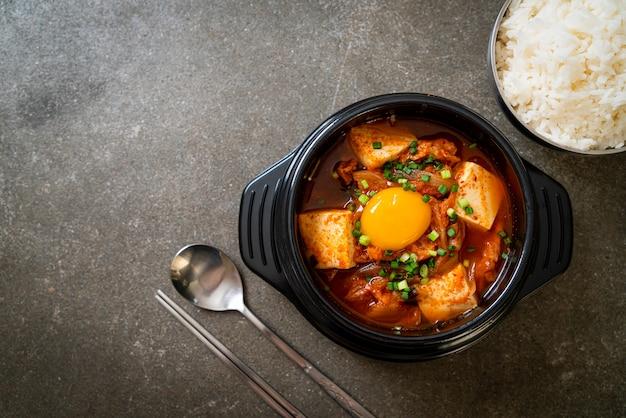 Soupe de kimchi au tofu et oeuf