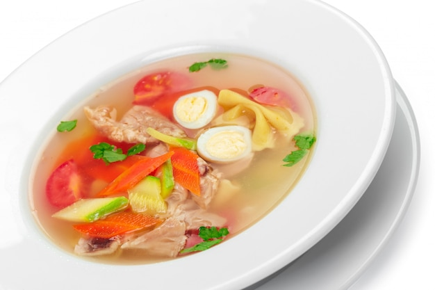 Soupe de légumes au poulet maison dans un bol blanc