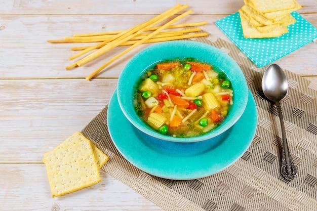 Soupe de légumes aux petits pois, poivron, carotte, pomme de terre, maïs et brocoli.