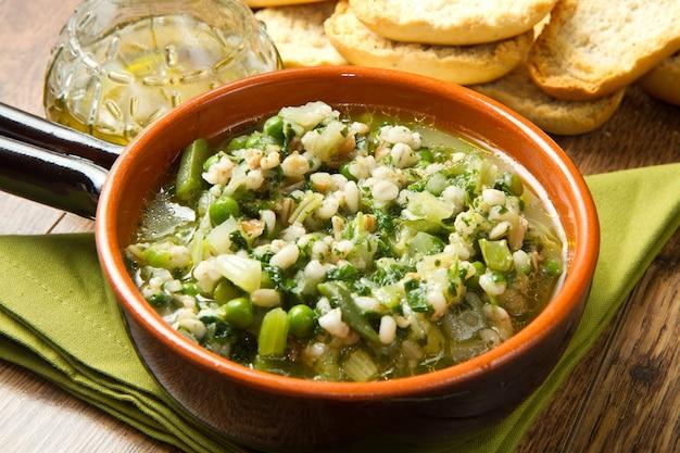Soupe de légumes sur le bol