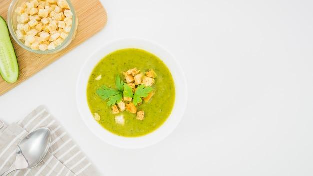 Soupe de légumes à la chapelure et au persil
