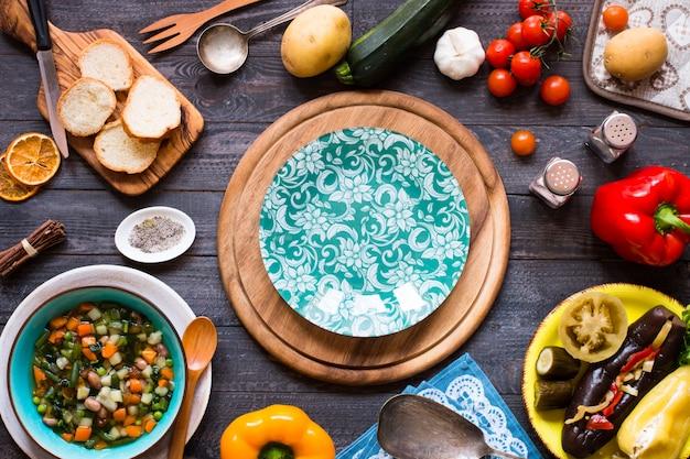 Soupe de légumes frais faite à la maison, sur une table rustique en bois, vue de dessus