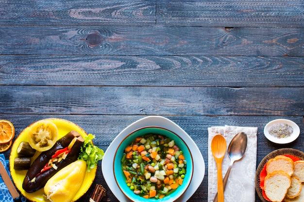 Soupe de légumes frais faite à la maison sur la vue de dessus de table rustique en bois