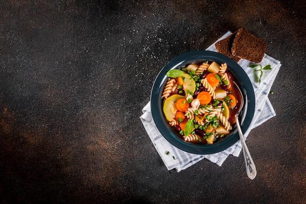 Soupe de légumes à l'italienne minestrone avec pâtes fusilli
