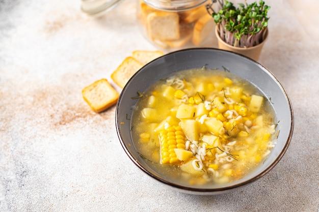 Soupe légumes maïs pommes de terre pâtes alphabet bouillon pas de viande portion fraîche repas collation sur la table