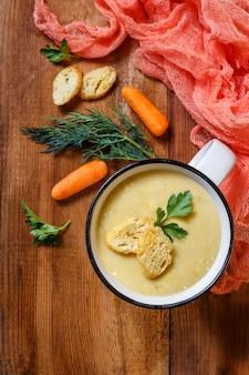 Soupe de légumes en purée dans une tasse