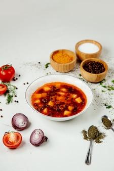 Soupe de légumes rouges sur la table