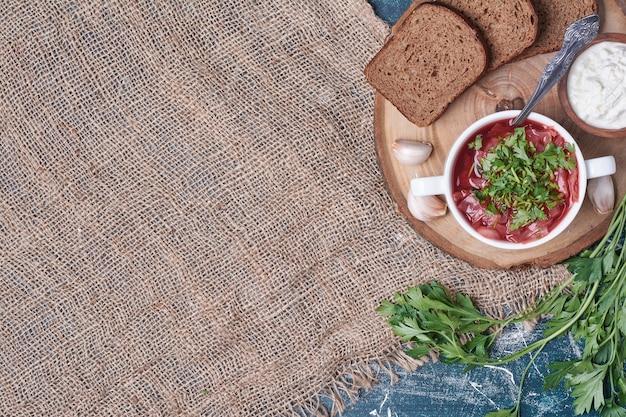 Soupe de légumes à la sauce tomate aux herbes et pain.