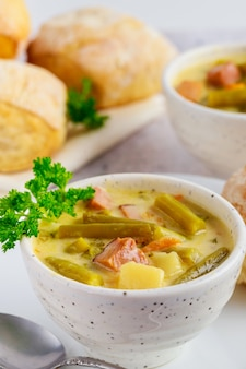 Soupe de légumes savoureuse maison dans un bol. la nourriture saine.